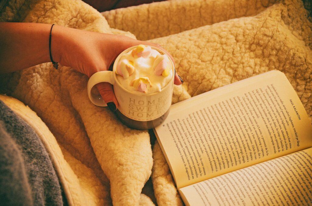 Gorąca czekolada i książka